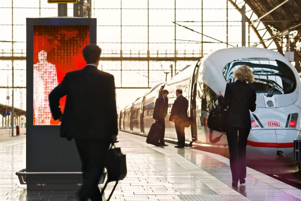 Geschäftsmann Bahngleis Bahnhof ICE