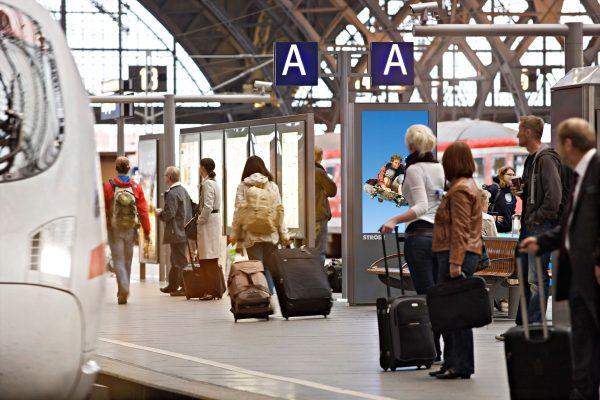 Reisende am Bahngleis ICE