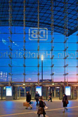 Berliner Bahnhof bei Dämmerung
