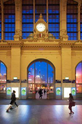Frankfurter Bahnhofshalle bei Dämmerung