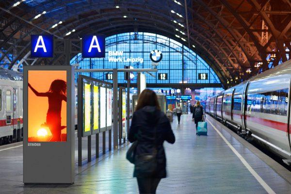 Frau an Bahngleis am Leipziger Bahnhof