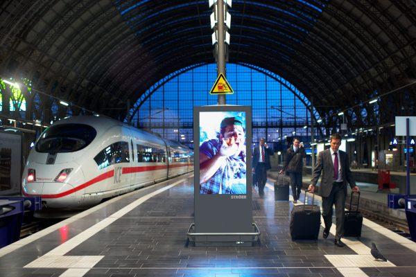 Bahngleis mit Stroer Infoscreen am Bahngleis