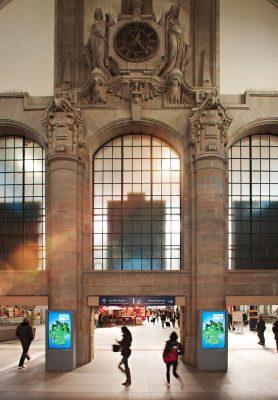 Bahnhofshalle der deutschen Bahn historische Architektur