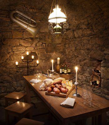 Tisch mit Brotzeit im schönen Kellerraum