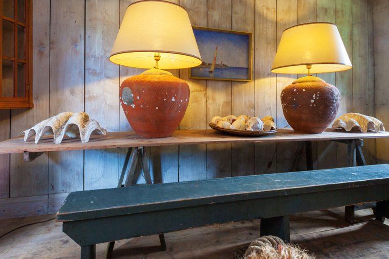 lampen auf Holztisch mit blauer bank