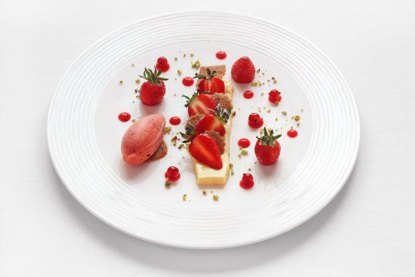 erbeer dessert auf weißen teller