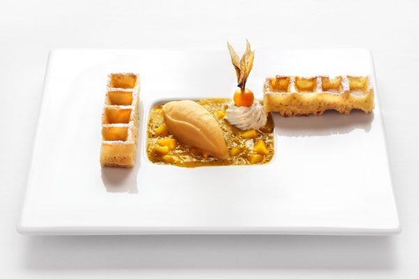 waffeln dessert auf weißen teller