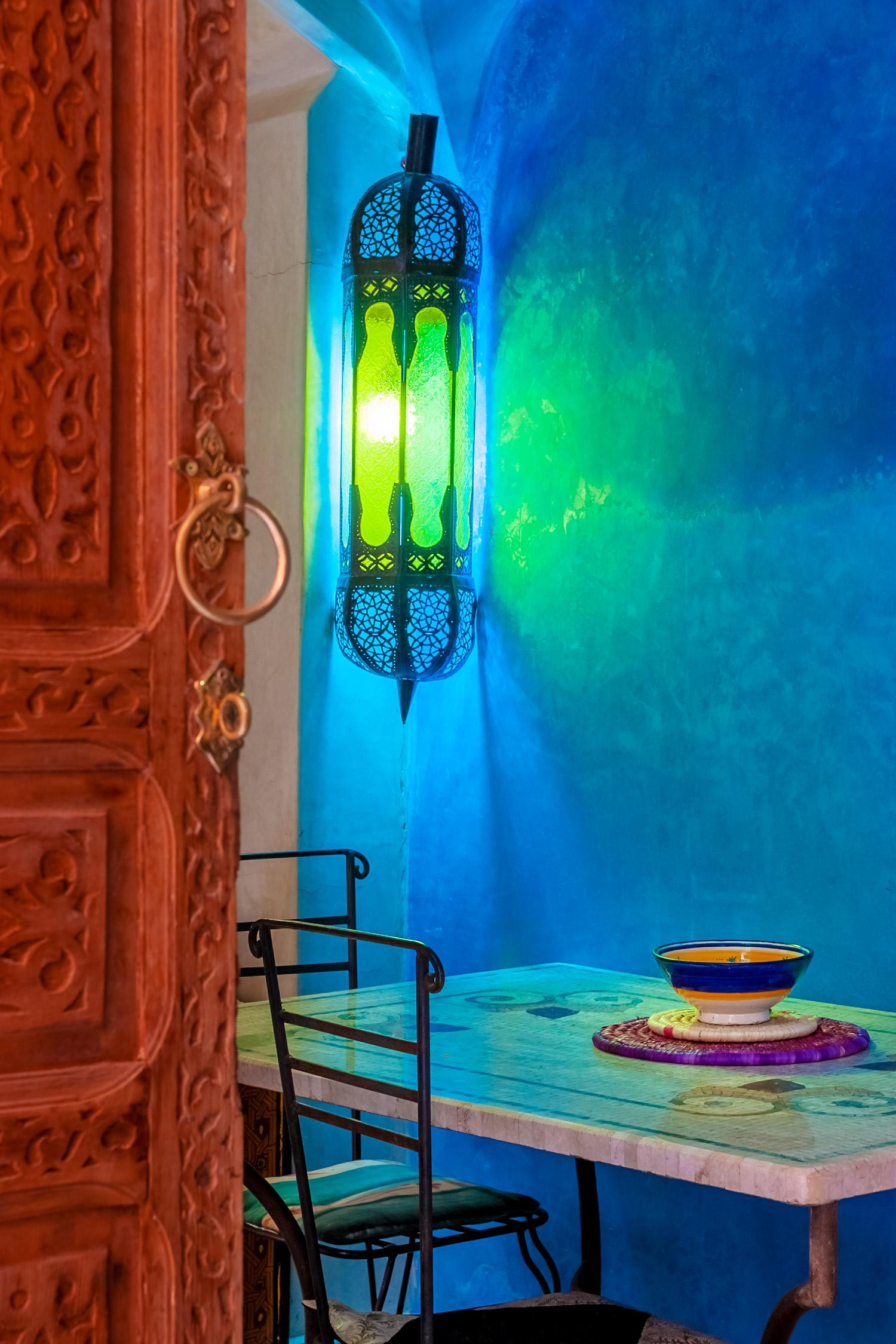 blaues orientalisches zimmer mit lampe