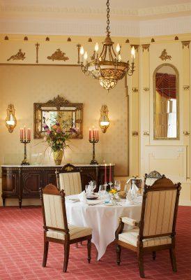 Edles Restaurant mit gedeckten tisch
