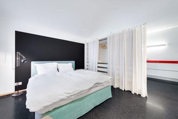 moderne schlafzimmer mit großem bett