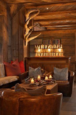 Gemütliches Wohnzimmer Ledersesseln und Holzwänden