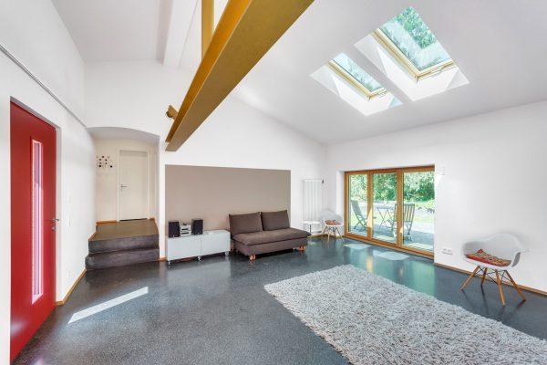 modernes helles wohnzimmer mit hohen decken