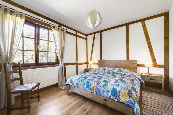 schlafzimmer mit holzbalken