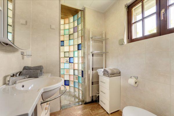 badezimmer mit bunten glasbausteinen