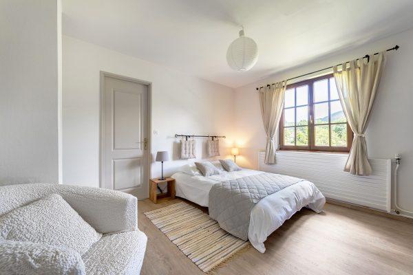weisses schlafzimmer mit doppelbett