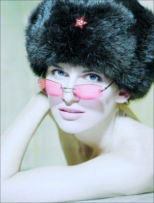 frau pinke brille und schwarze pelzmuetze