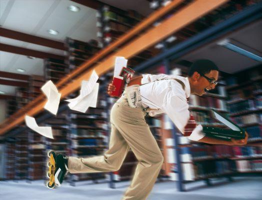 mann auf inlines in bibliothek