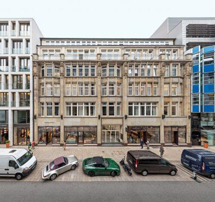 außenaufnahme von historischen gebäude in Hamburg mit autos auf der straße
