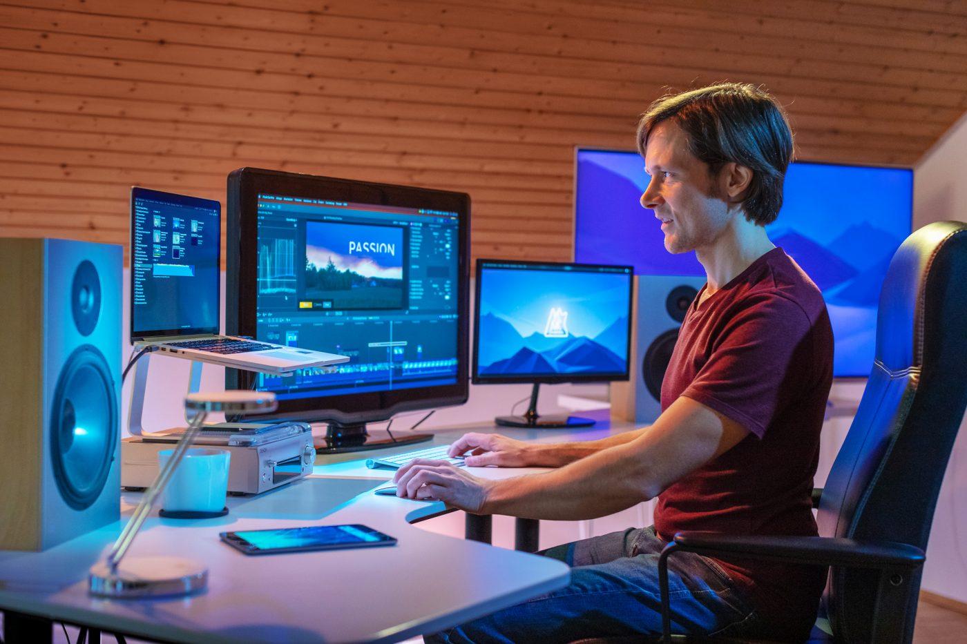 portrait mann vor computer bei filmproduktion mit Kunstlicht