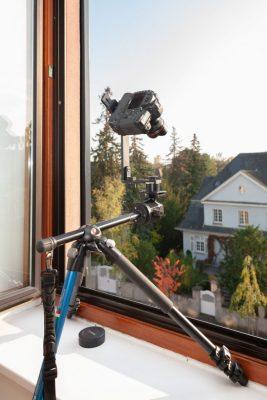 kamera mit stativ vor fenster für multirow test aufnahme